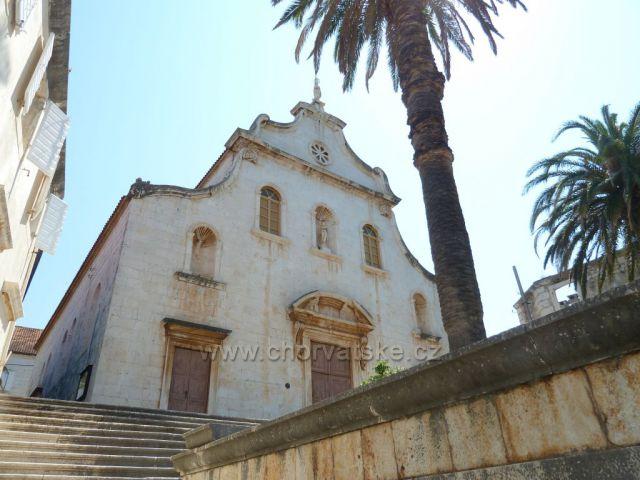 Milna na ostrově Brač barokní mariánský kostel Gospa od Glagovijesti z 18.století