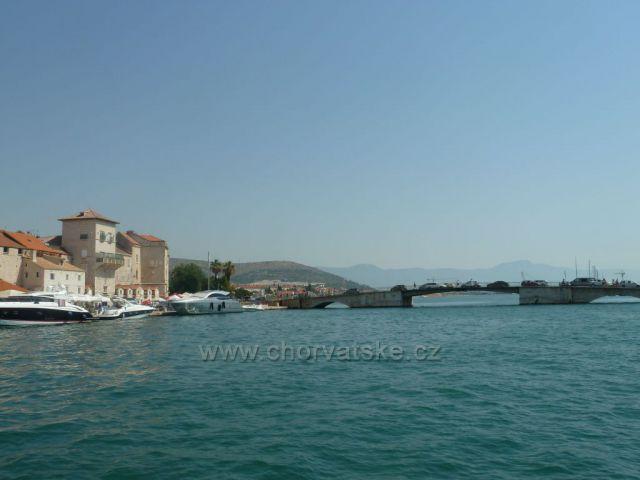 Trogir Nábřeží Bana Berislaviča a starý most na ostrov Čiovo