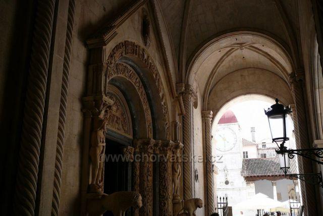Trogir katedrála Sv.Vavřince  a průchod na Národní náměstí