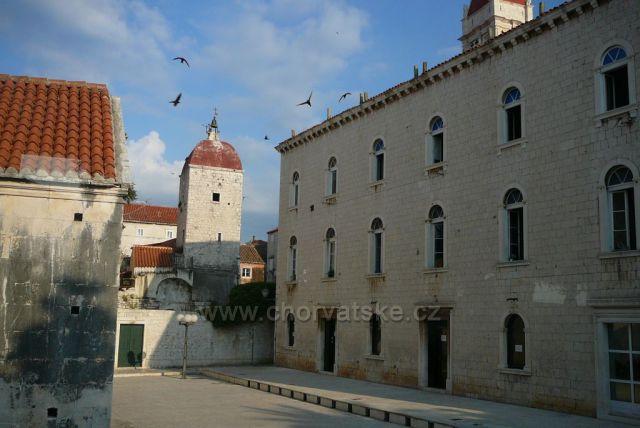 Trogir věž s hodinami a budova radnice