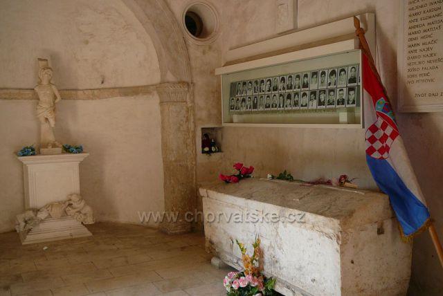 Trogir kostel Sv.Sebastijana z roku 1476 Dnes i památka padlým za balkánské války v 90.letech