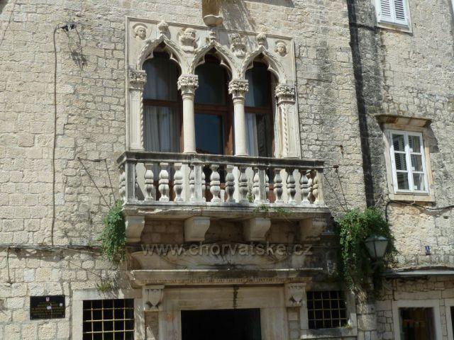 Trogir palác rodu Čipiko s gotickými trojokny