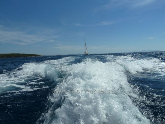 vlny za lodí