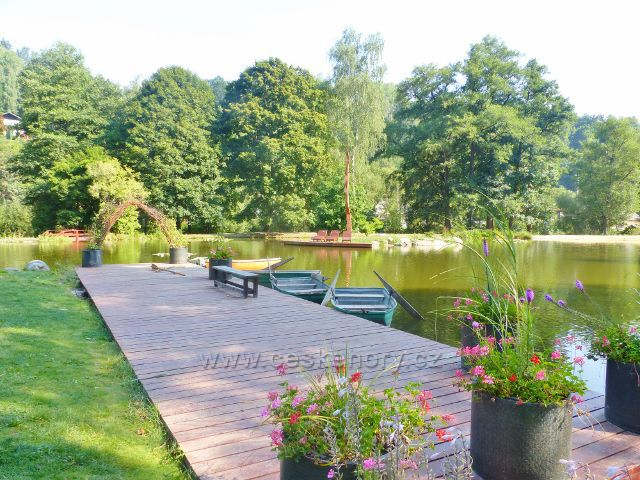 Bečovská botanická zahrada - molo u rybníka
