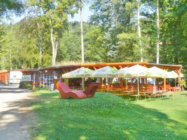Bečovská botanická zahrada . kiosek s občerstvením a předzahrádkou na břehu rybníka