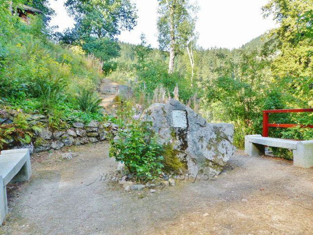 Bečovská botanická zahrada - odpočinkové místo u pamětního kamene zakladatele zahrady