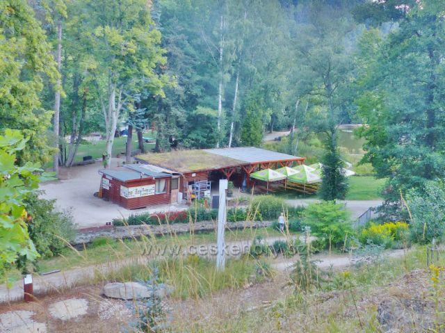 Bečovská botanická zahrada - pohled od čítárny na areál kiosku