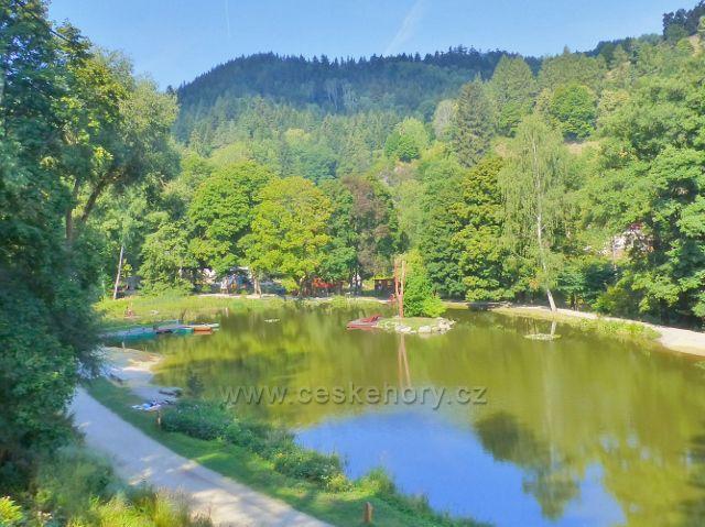 Bečovská botanická zahrada - pohled z rozhledové plošiny na rybník