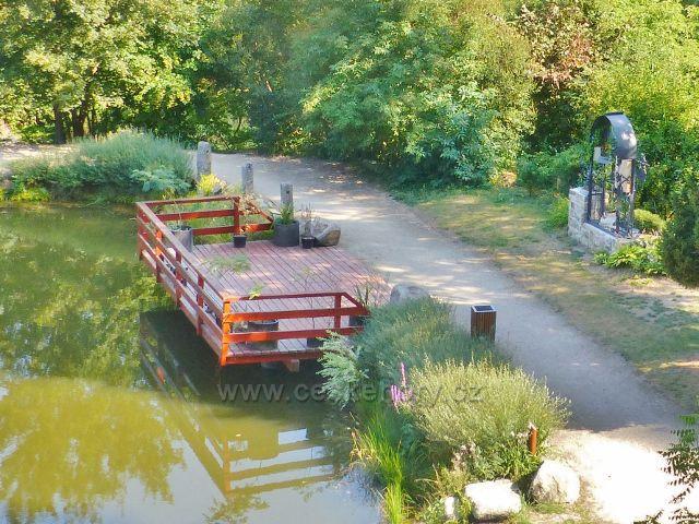 Bečovská botanická zahrada - pohled z rozhledového místa na pozorovací plošinu u rybníku