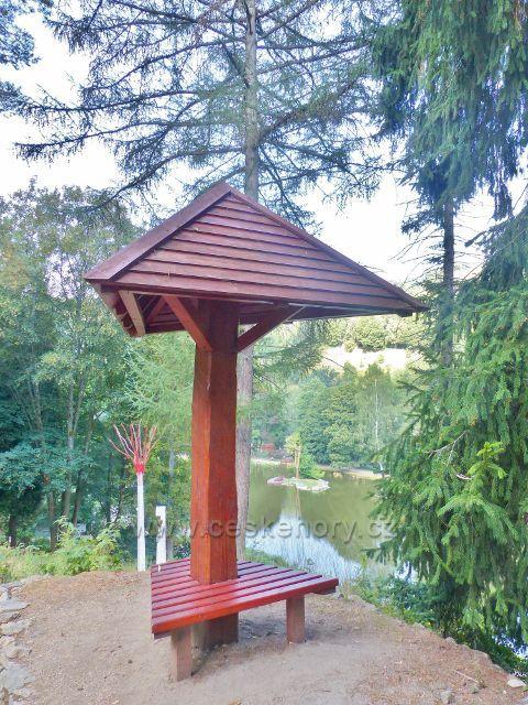 Bečovská botanická zahrada - přístřešek na rozhledovém místě