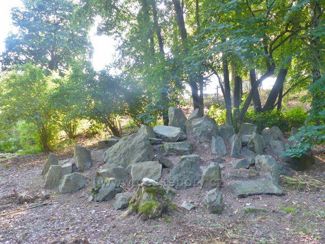 Bečovská botanická zahrada - uměle vytvořené kamenité stanoviště rostlin