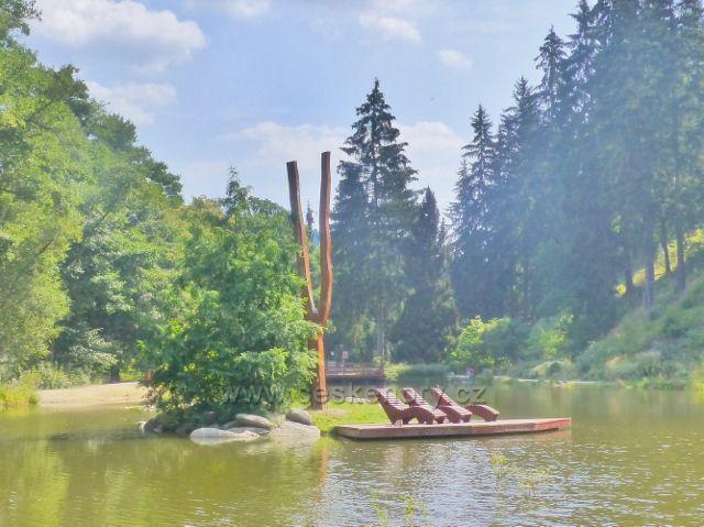 Bečovská botanická zahrada - ostrůvek se zvoničkou na Korunním rybníku