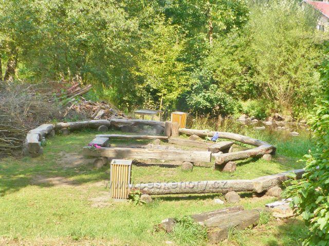 Bečovská botanická zahrada - posezení u ohniště na břehu Teplé