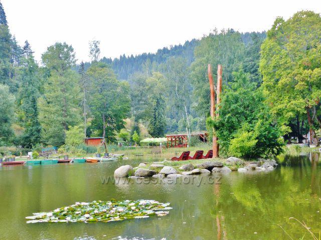 Bečovská botanická zahrada - ostrůvek se zvoničkou a lehátky na Korunním rybníku