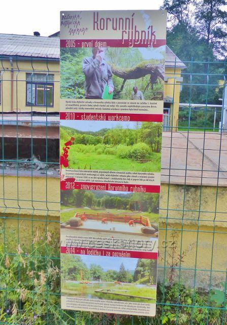 Bečovská botanická zahrada  - panel Korunní rybník na začátku cesty do zahrady