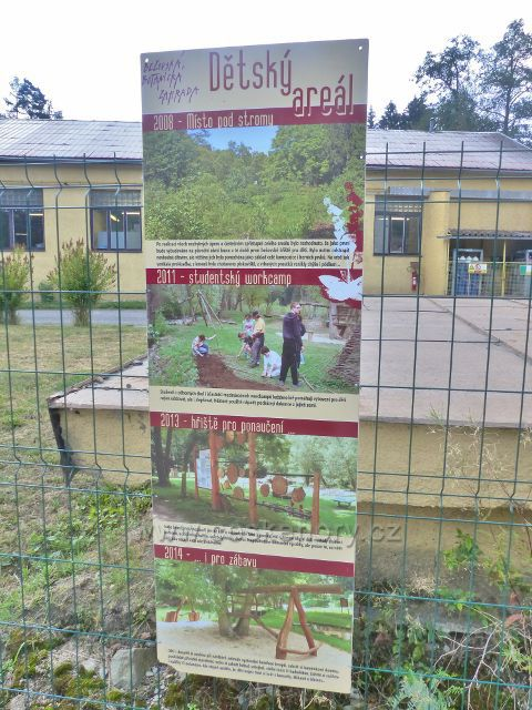 Bečovská botanická zahrada - panel Dětský areál na začátku cesty do zahrady