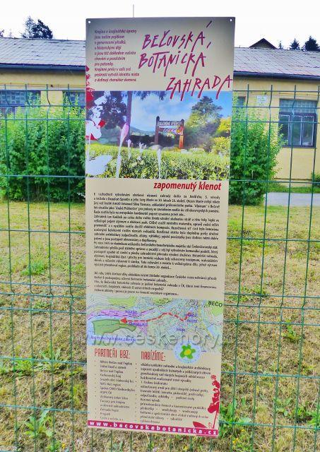 Bečovská botanická zahrada - úvodní panel na začátku cesty do zahrady