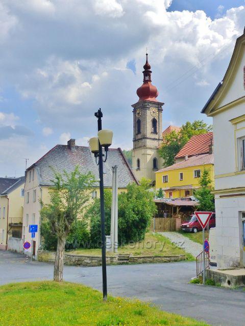 Bečov nad Teplou - pohled od bývalé cukrárny na kostel sv.Jiří