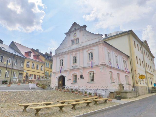 Bečov nad Teplou - budova radnice na náměstí 5.Května, v níž byla po válce umístěna zámecká knihovna