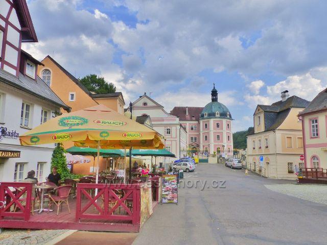 Bečov nad Teplou - pohled z náměstí 5.Května k zámku