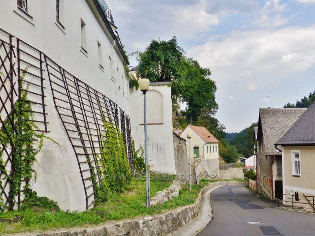Ulice Pod zámkem, v posledním domku vlevo bydlel zámecký zahradník