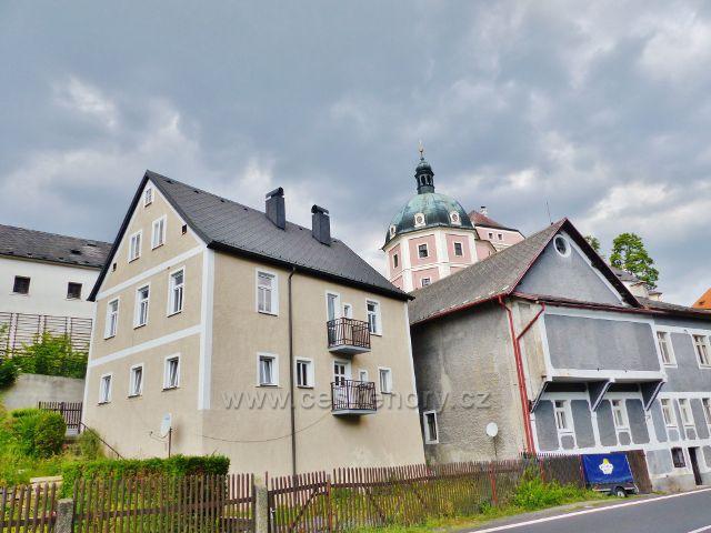 Bečov nad Teplou - pohled z Plzeňské ulice k zámku,šedivá budova vpravo je bývalé kino