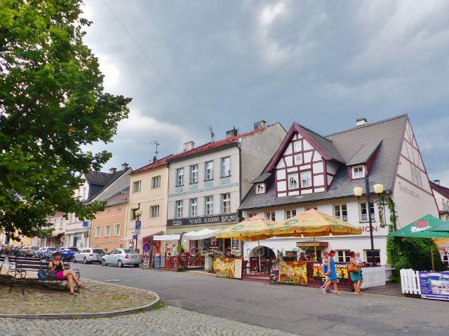 Bečov nad Teplou - v hrázděné budově s průjezdem v níž sídlí restaurace a penzion Hradní Bašta bychom dříve našli ruční mandl p. Kněžourkové