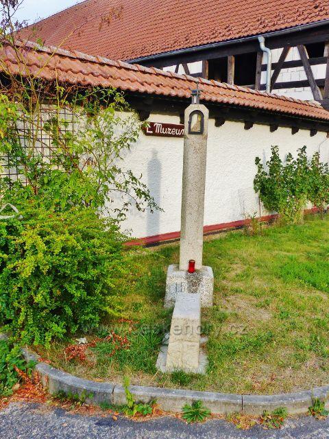 Dolní Žandov - Manský Dvůr.Zcela nepochopitelnou vraždu ruského válečného zajatce za uzmutí tuřínu na konci II.světové války připomíná památník, odhalený po 70-ti letech v květnu 2015