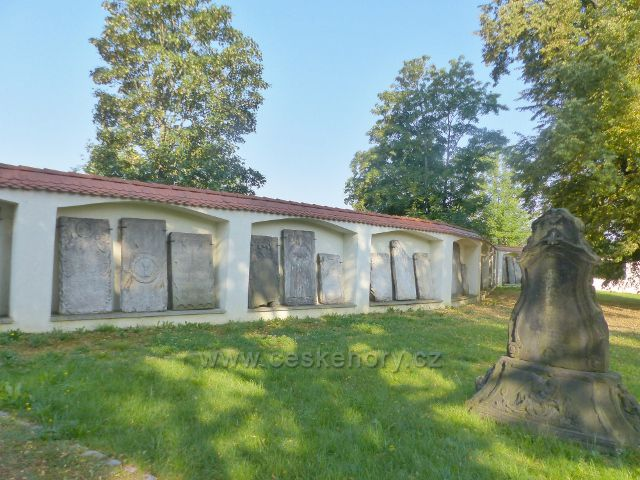 Aš - zámecká zeď s náhrobky