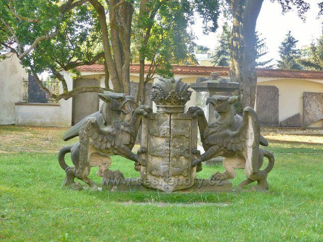 Aš - historický erb v zámeckém parku před muzeem