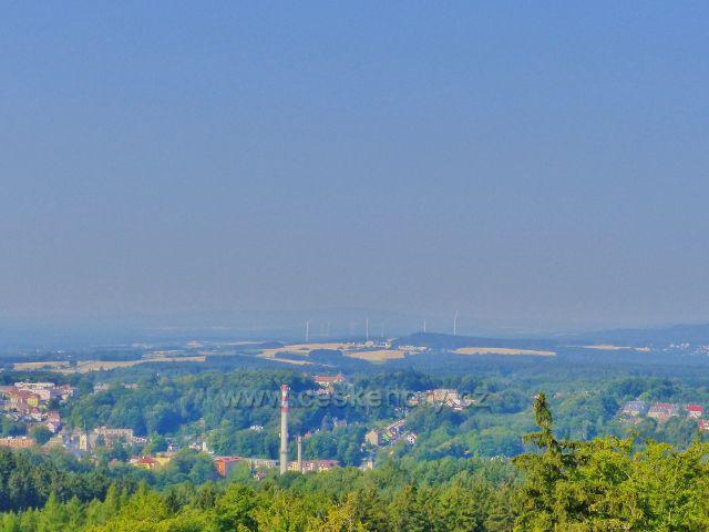 Aš - pohled z rozhledny Háj na město. V pozadí německé větrné elektrárny
