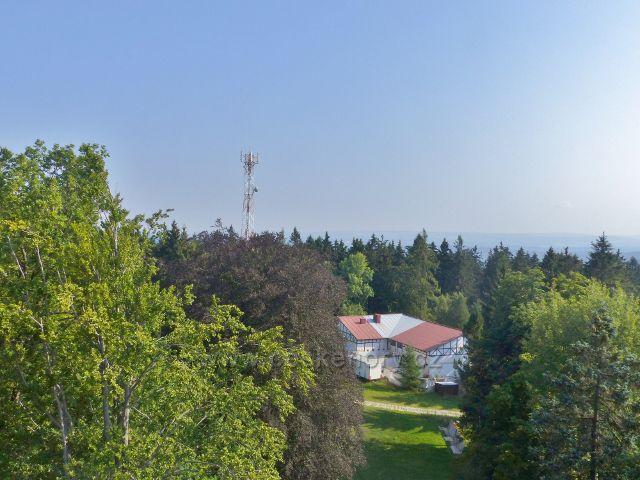 Aš - pohled z rozhledny Háj na lyžařské středisko a telekomunikační věž nad sjezdovkou