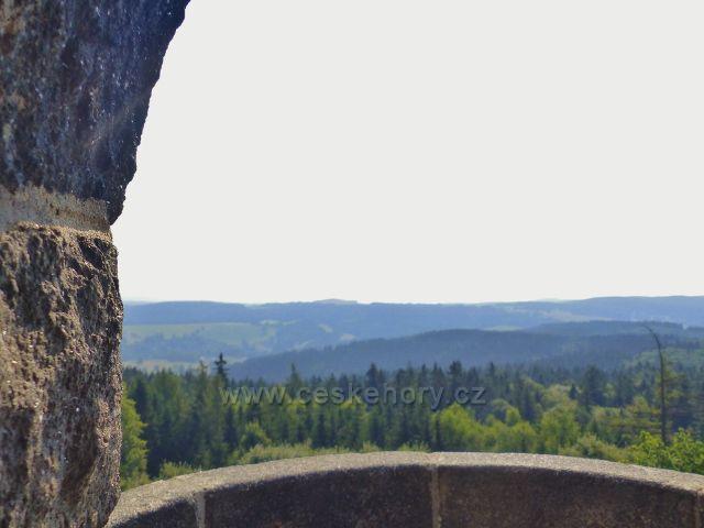 Aš - pohled z rozhledny Háj k hraničnímu pásmu lesů
