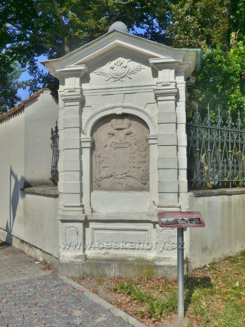 Aš - Salva Guardia, kamenný relief s císařským znakem a erby z roku 1724(zbavoval město povinnosti ubytovávat vojáky) na rohu zámecké zdi