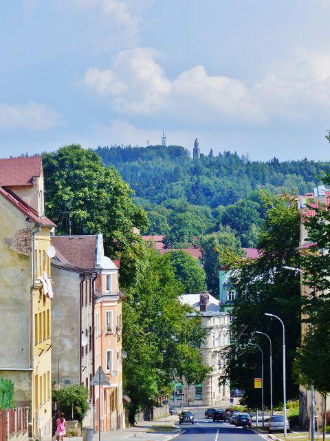 Aš - pohled z ulice Gustava Geipela na rozhlednu a telekomunikační věž na vrchu Háj