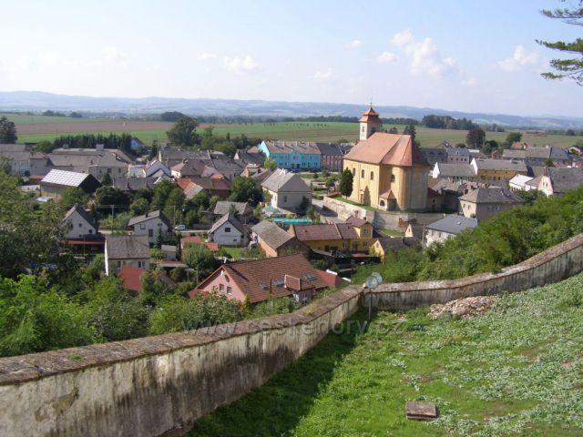 Pohled ze zámku na obec Usov