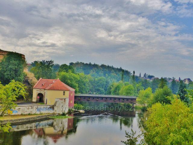 Cheb - Písečná brána a krytá lávka přes Ohře