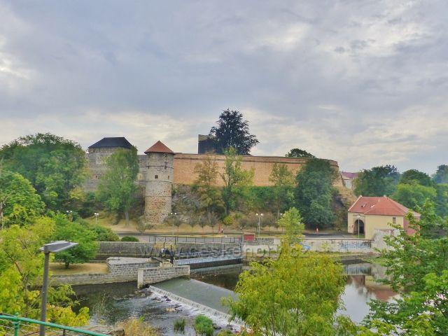 Cheb - pohled k hradu z Koželužské ulice