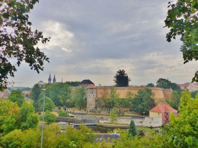 Cheb - pohled z ulice V Lipách k hradnímu komplexu. V pozadí kostel sv. Mikuláše a sv. Alžběty