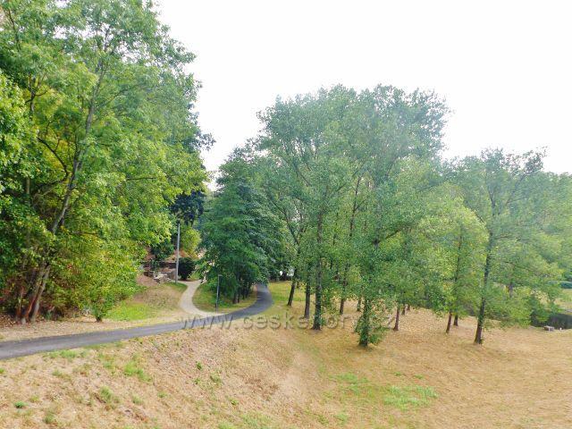 Cheb - ulice Kachní kámen pod hrází přehrady Skalka