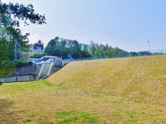 Cheb - vnější strana hráze vodní nádrže Skalka