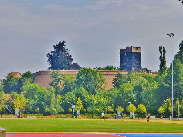 Cheb - dominantou Chebského hradu je Černá věž vystavěná ze sopečného tufu pocházejícího z nedaleké Komorní Hůrky