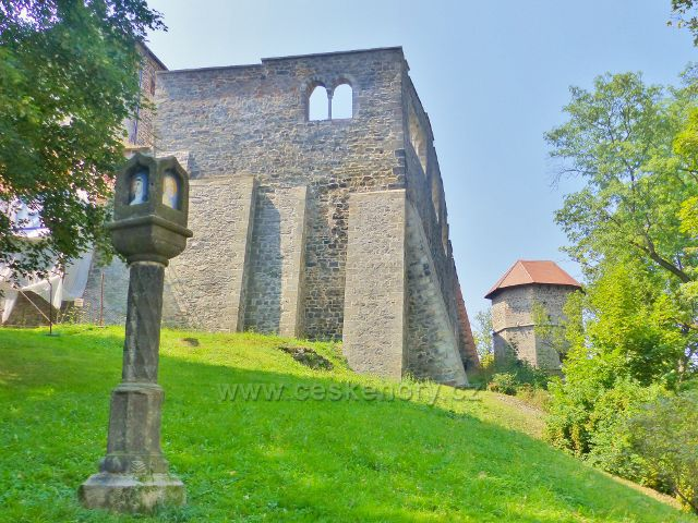 Cheb - Boží muka pod hradní zdí, vpravo je Mlýnská věž