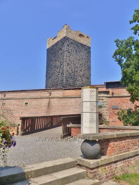 Cheb - hradnímu areálu vévodí Černá věž. Před mostkem stojí Štaufský sloup