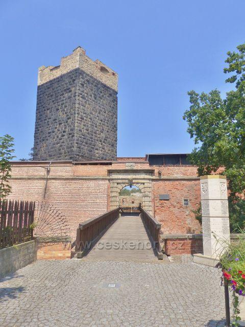 Cheb - mostek přes hradní příkop před vstupem do hradního areálu, jemuž vévodí Černá věž