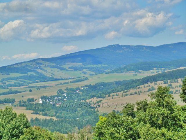 Podlesí - pohled z úbočí Pohořelce na Malou Moravu a vrch Klepý s rozhlednou