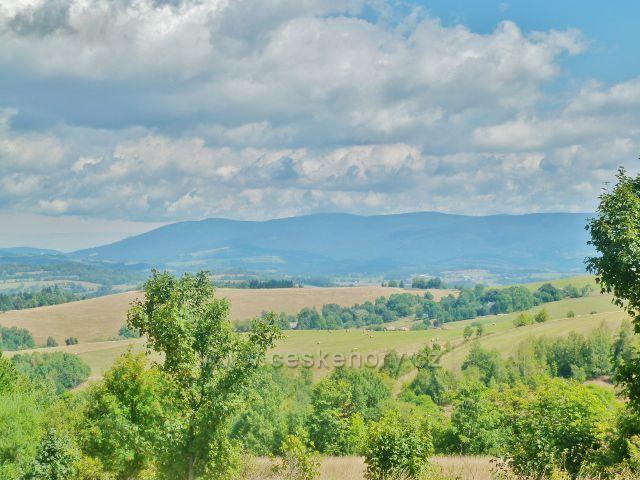 Podlesí - pohled z úbočí Pohořelce na Šerák, Keprník a další vrcholy Jeseníků