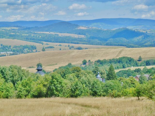 Podlesí - cesta po modré TZ do Podlesí, v pozadí Hanušovická vrchovina a na obzoru Jeseníky