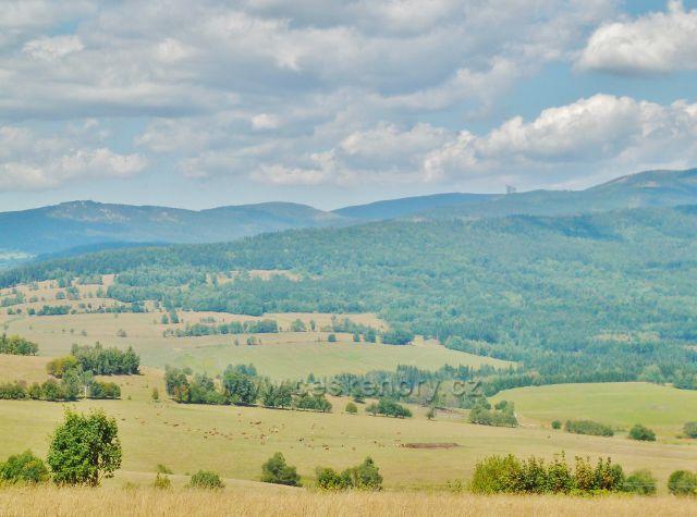 Podlesí - pohled na rozhlednu Klepý(vlevo) a Stezku v oblacích(vpravo) v masívu Králického Sněžníku