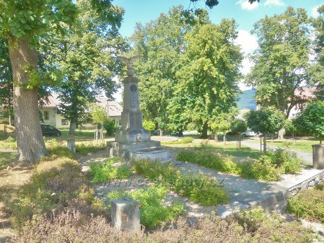 Podlesí - památník obětem I.Světové války v parčíku  před bývalou radnicí